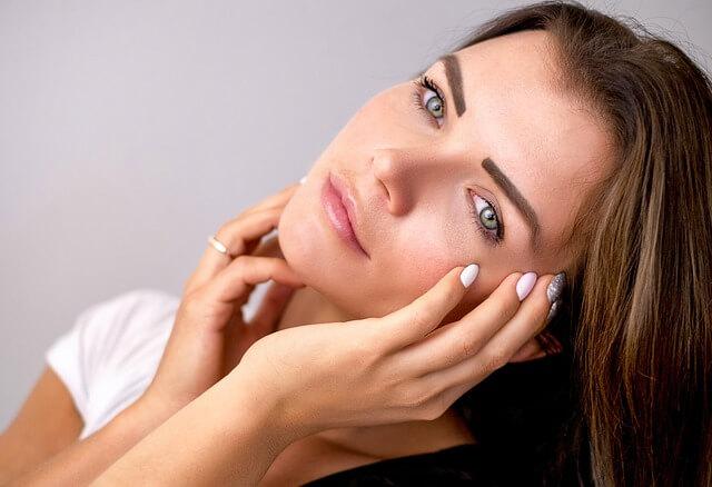 顔のたるみ・リフトアップに悩む女性