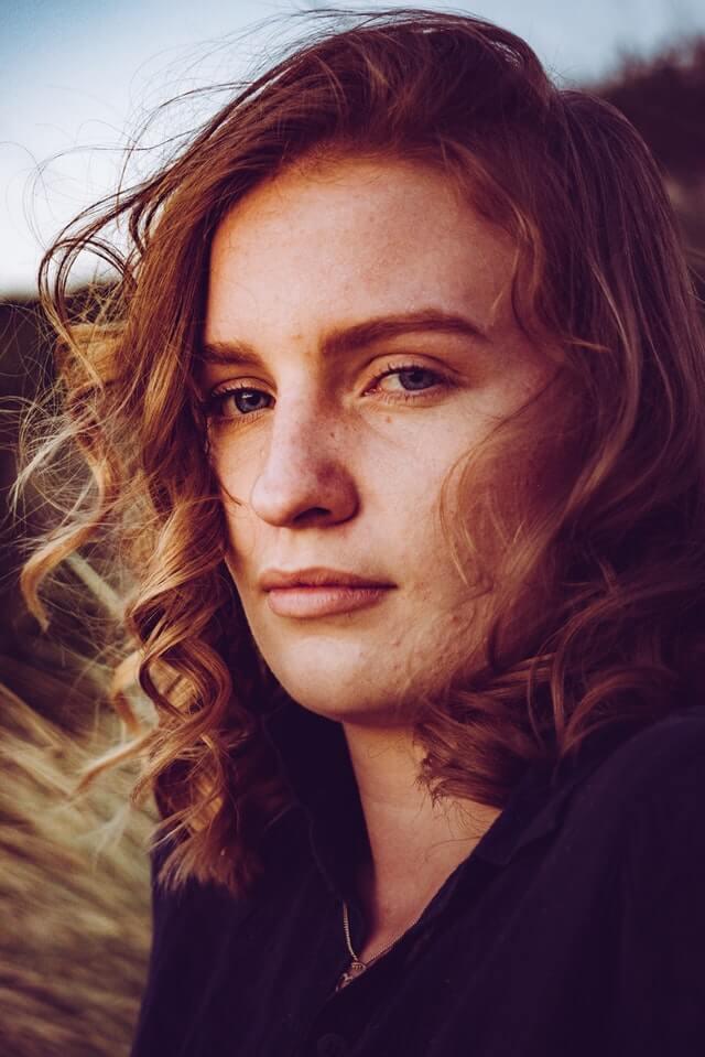 赤ら顔の女性
